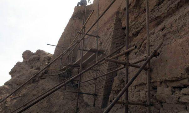 مرمت جبهه شرقی نارین قلعه میبد ادامه دارد، آبیاری غرقابی در اطراف نارین قلعه متوقف شد