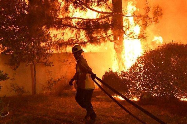 کالیفرنیا در محاصره آتش، یک خلبان کشته و هزاران نفر آواره شدند