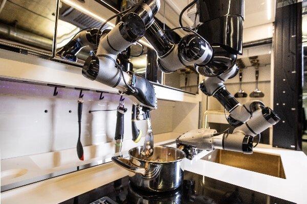 آشپزخانه تمام رباتیک به جای صاحبخانه آشپزی می نماید